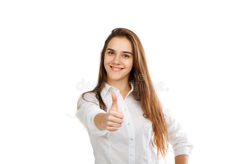 Stående av en ung lycklig flicka på en vit bakgrund, i en vit blus royaltyfri foto