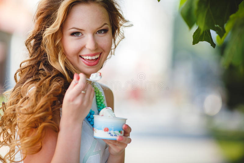 Stående av en ung lycklig kvinna i sommar arkivbilder