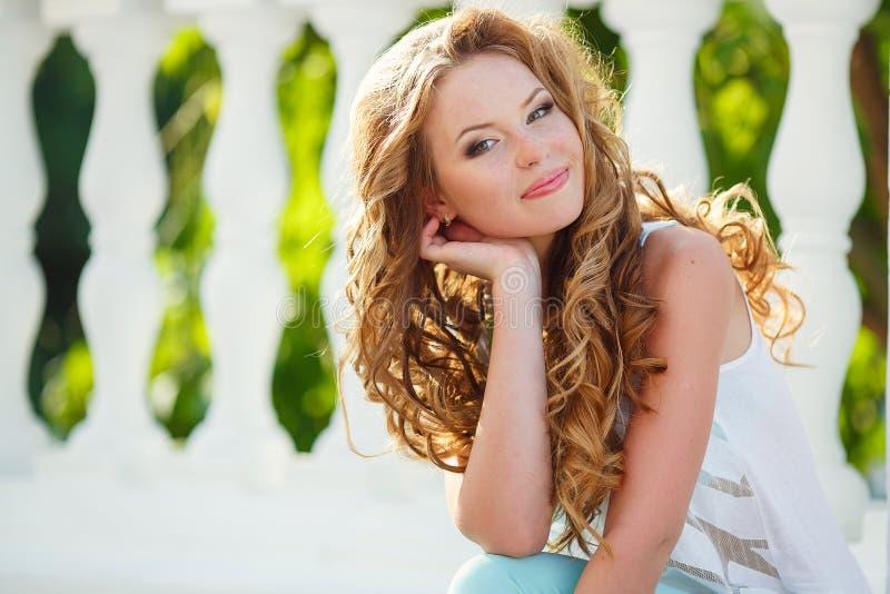 Stående av en ung lycklig kvinna i sommar arkivfoton
