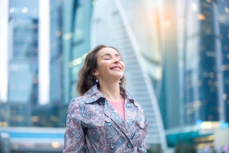 Stående av en ung lycklig kvinna på stadsgatan royaltyfri foto