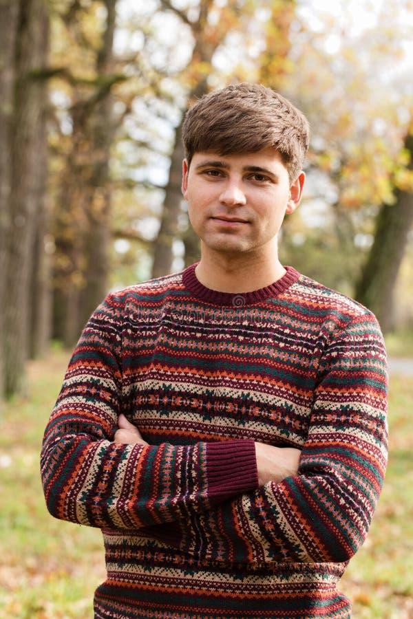 Stående av en ung man arkivfoto