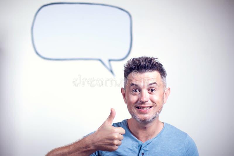 Stående av en ung man med en tom anförandebubbla över hans huvud arkivfoton