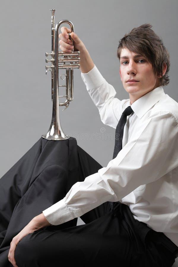 Stående Av En Ung Man Och Hans Trumpet Royaltyfri Bild