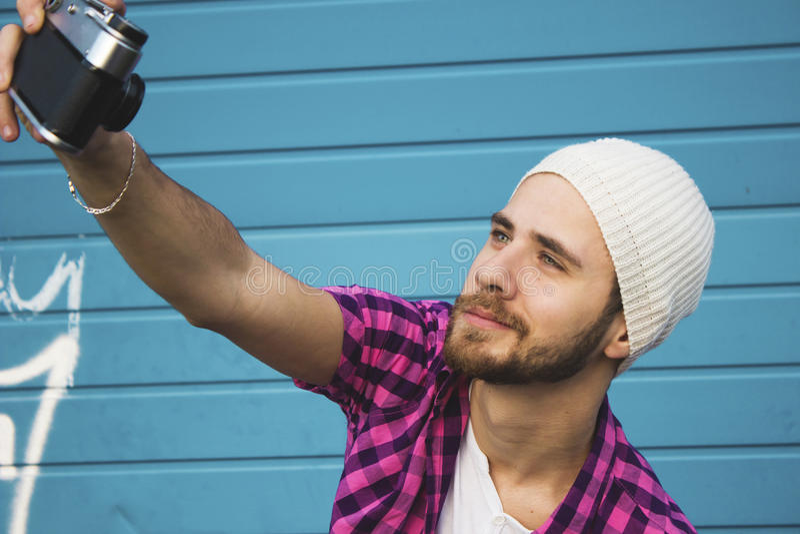 Stående av en ung man som tar en selfie arkivbild