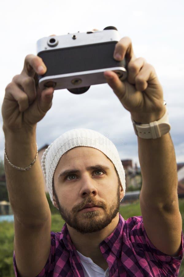 Stående av en ung man som tar en selfie royaltyfri foto