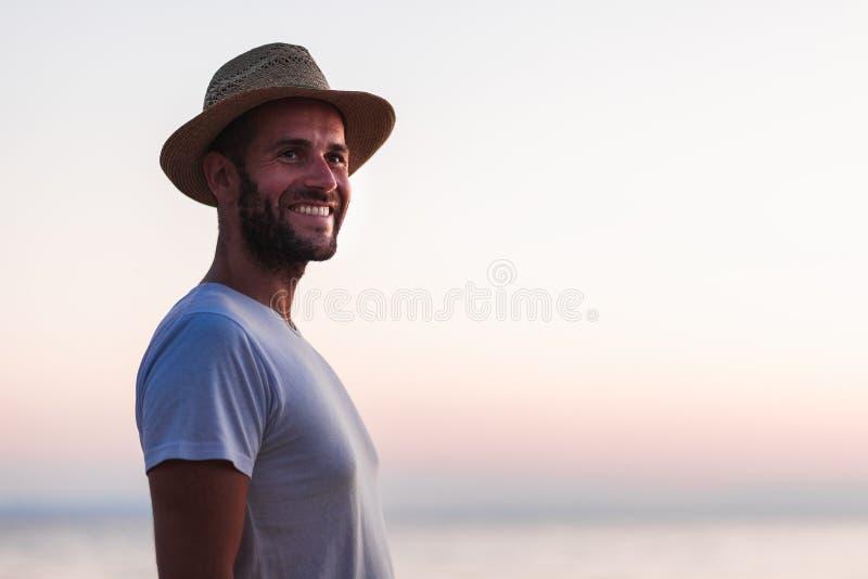 Stående av en ung man vid havet royaltyfria bilder
