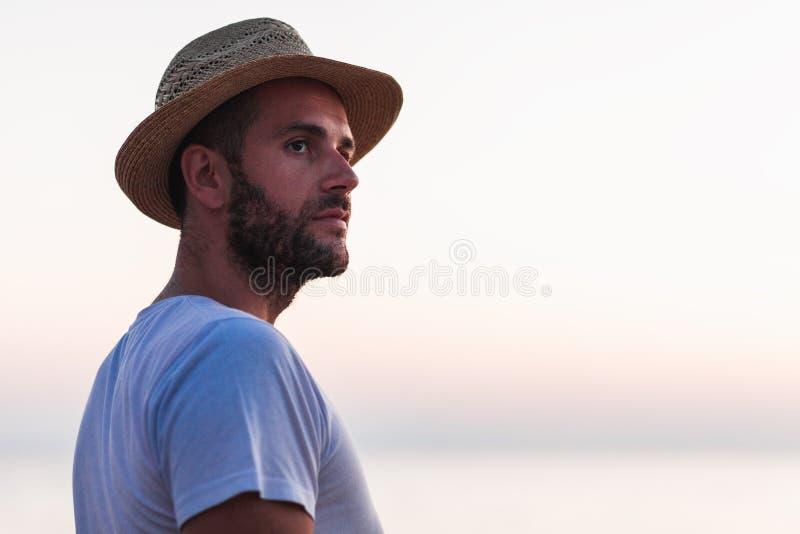 Stående av en ung man vid havet arkivfoto