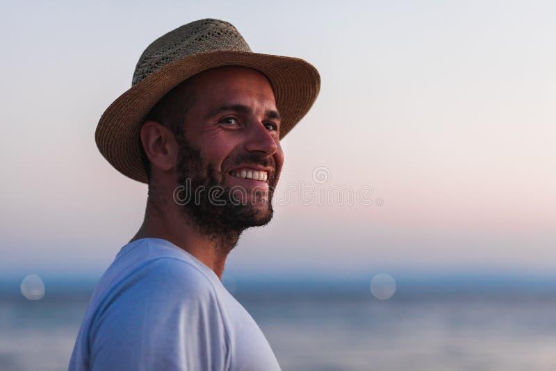 Stående av en ung man vid havet arkivbild