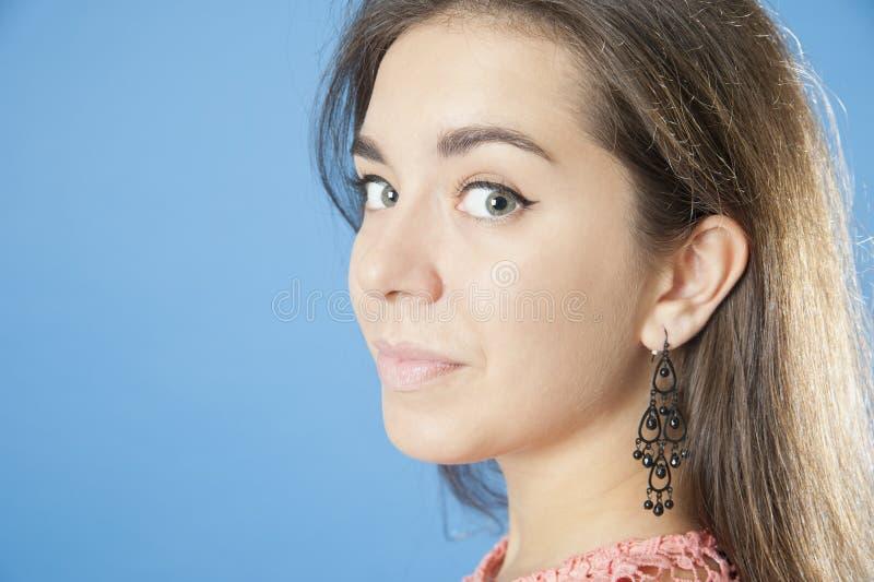 Stående av en ung nätt flickanärbild royaltyfri bild