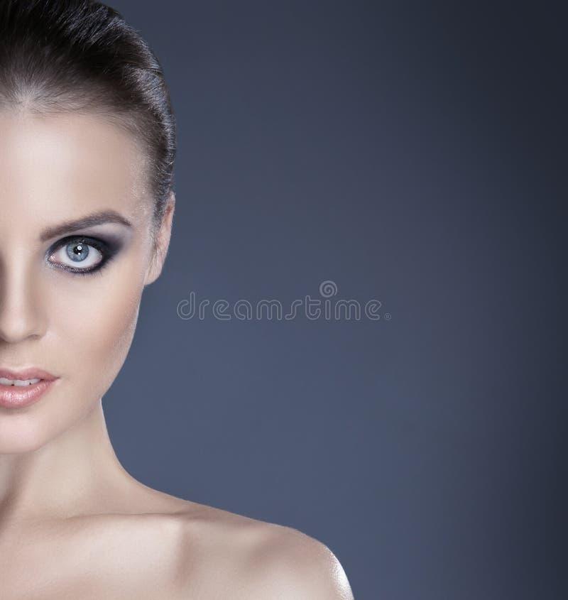 Stående av en ung naken brunettCaucasiankvinna royaltyfria bilder