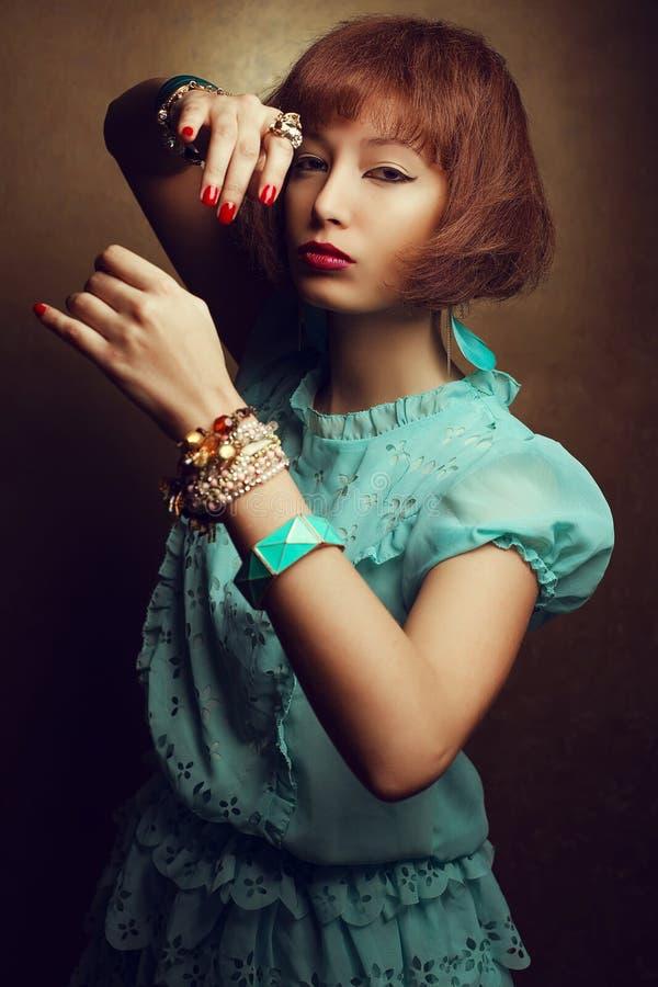 St?ende av en ung Orient ?stlig flicka med trendigt tillbeh?rarmletsanseende, i att sl?ss slagst?llning och klart att anfalla royaltyfri fotografi