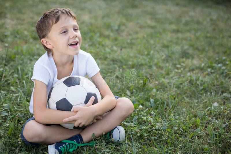 Stående av en ung pojke med fotbollbollen royaltyfri bild