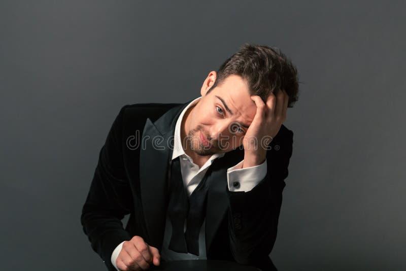 Stående av en ung stilig man i ett matställeomslag, fluga och royaltyfri bild