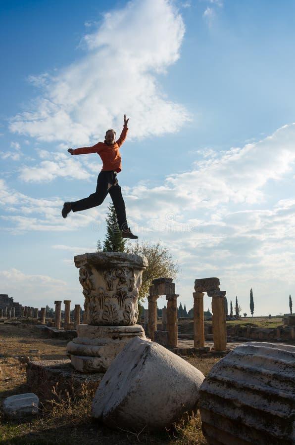 Stående av en ung turist i Aten, Grekland arkivbild