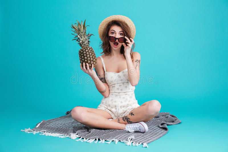Stående av en upphetsad sommarflicka i strandhatt fotografering för bildbyråer