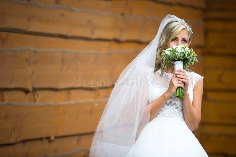 Stående av en ursnygg ung brud på hennes bröllopdag royaltyfri fotografi