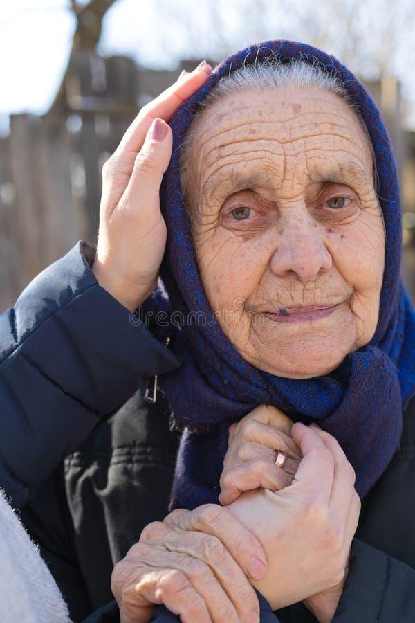Stående av en utomhus- äldre kvinna arkivbilder