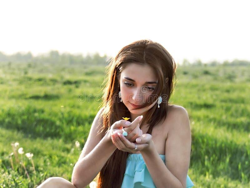 Stående av en utomhus- ung härlig flicka royaltyfria foton