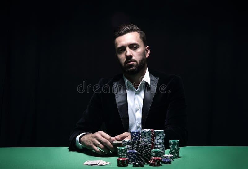 Stående av en yrkesmässig pokerspelare royaltyfri fotografi
