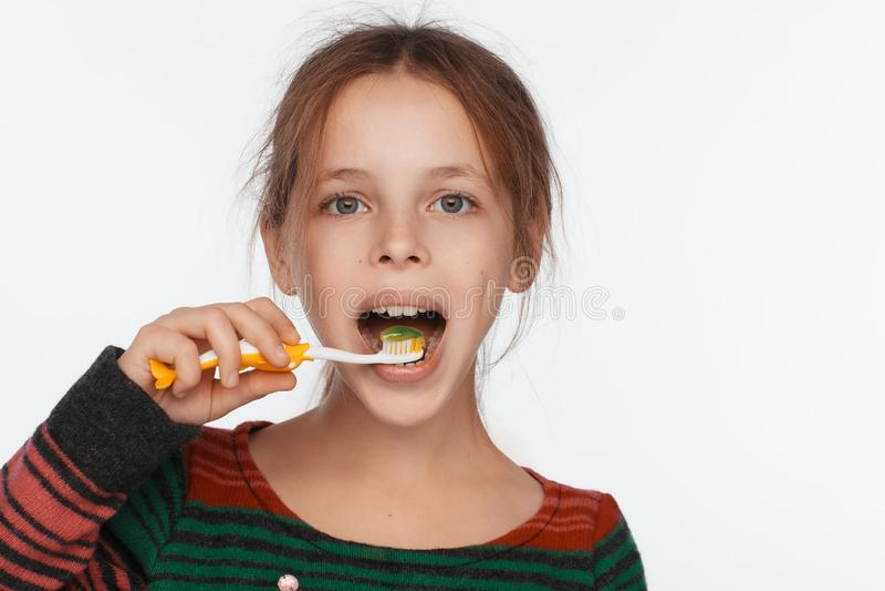 Stående av engammal flicka som borstar hennes tänder med en tandborste royaltyfri bild