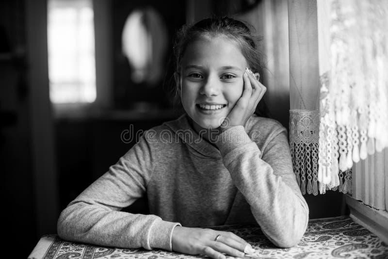 Stående av engammal gullig flicka som sitter på tabellen arkivbilder