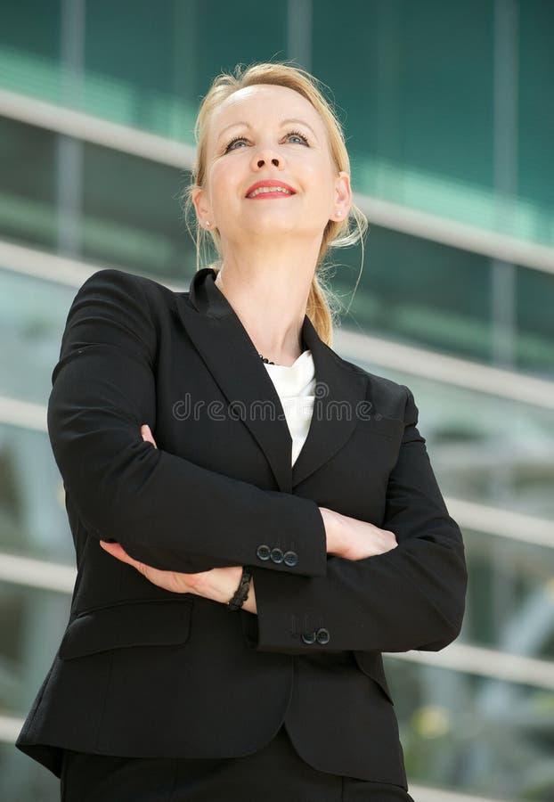 Stående av ett affärskvinnaanseende utanför offic arkivfoton
