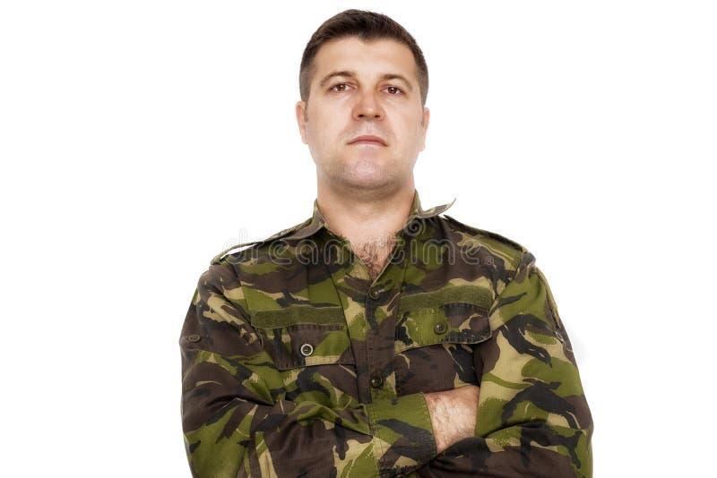 Stående av ett allvarligt soldatanseende mot en vit backgroun royaltyfria foton