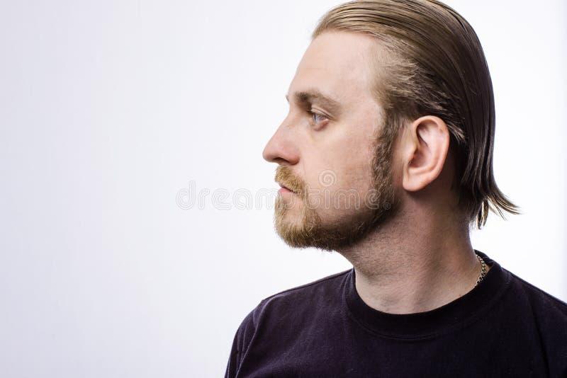 Stående av ett attraktivt blont hipsterskägg i profil royaltyfri foto