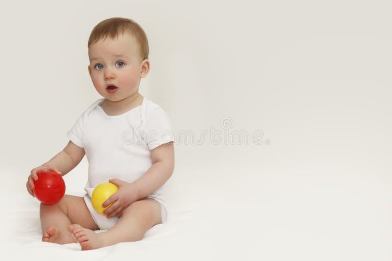 Stående av ett barn med blåa ögon på en vit bakgrund fotografering för bildbyråer