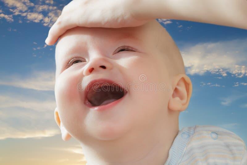 Stående av ett barn mot himlen fotografering för bildbyråer