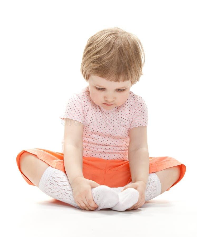 Stående av ett barn som sitter på golvet royaltyfria foton