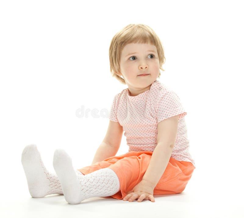 Stående av ett barn som sitter på golvet arkivbild
