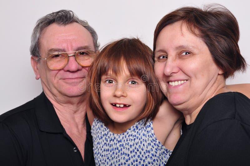 Stående av ett barnbarn med morföräldrar royaltyfria foton