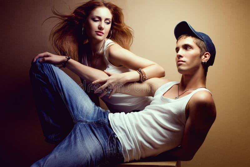 Stående av ett härligt tillfälligt par i jeans royaltyfria foton
