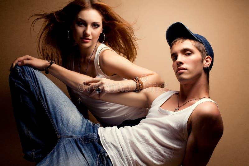 Stående av ett härligt tillfälligt par i jeans royaltyfria bilder