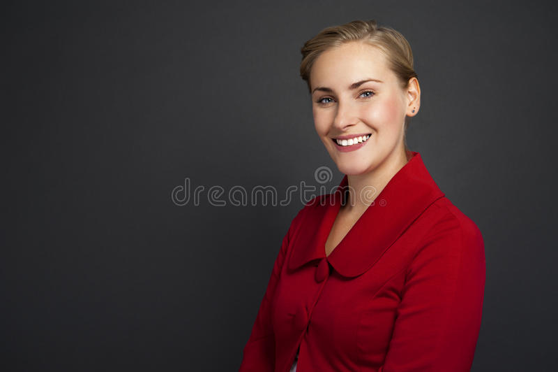 Stående av ett härligt ungt anseende för affärskvinna mot gr royaltyfri bild