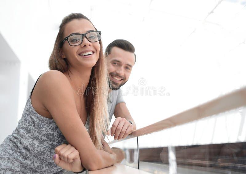 Stående av ett härligt ungt par av turister royaltyfri bild