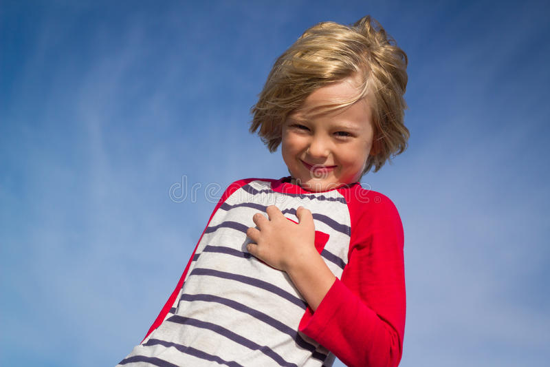 Stående av ett lyckligt barn utomhus arkivfoto