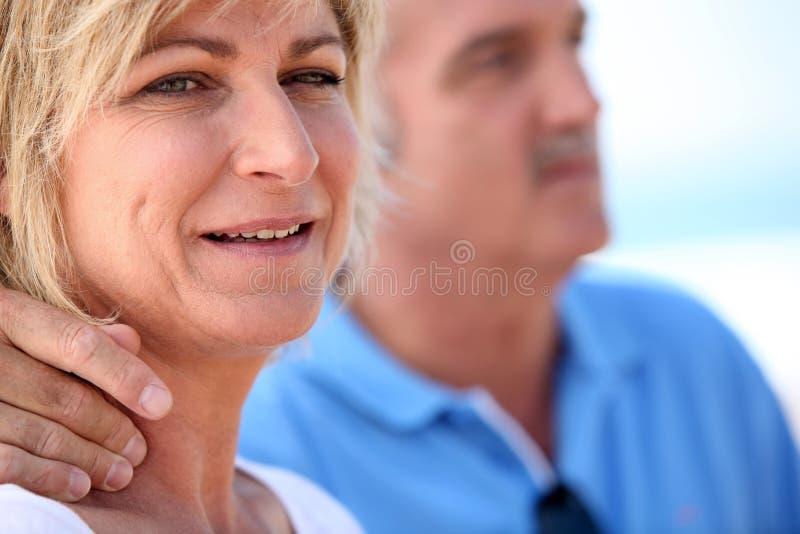 Stående av ett medelålderst par fotografering för bildbyråer