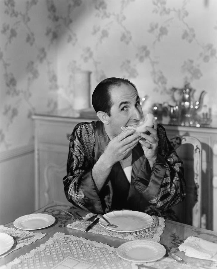 Stående av ett moget mansammanträde på den äta middag tabellen och ätafrukt (alla visade personer inte är längre uppehälle och in royaltyfri foto