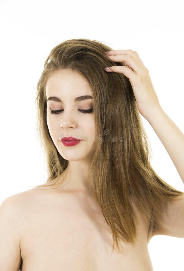 Stående av ett naket ungt och att le kvinnan med långt hår och makeup arkivfoton