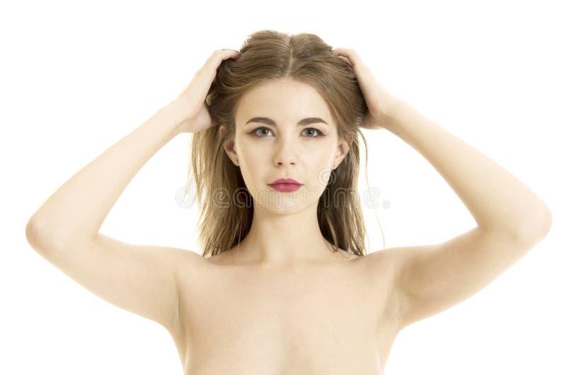 Stående av ett naket ungt och att le kvinnan med långt hår och makeup royaltyfria bilder