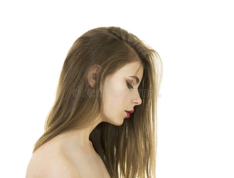 Stående av ett naket ungt och att le kvinnan med långt hår och makeup royaltyfri fotografi
