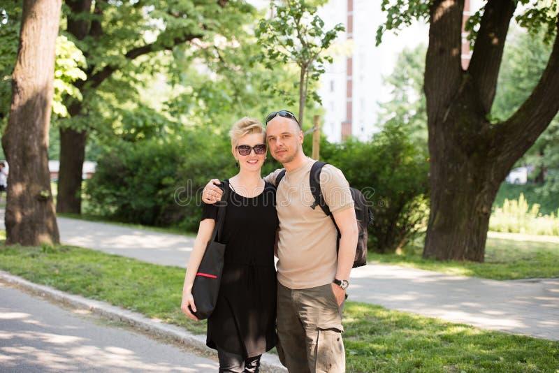 Stående av ett par i parkera arkivbild