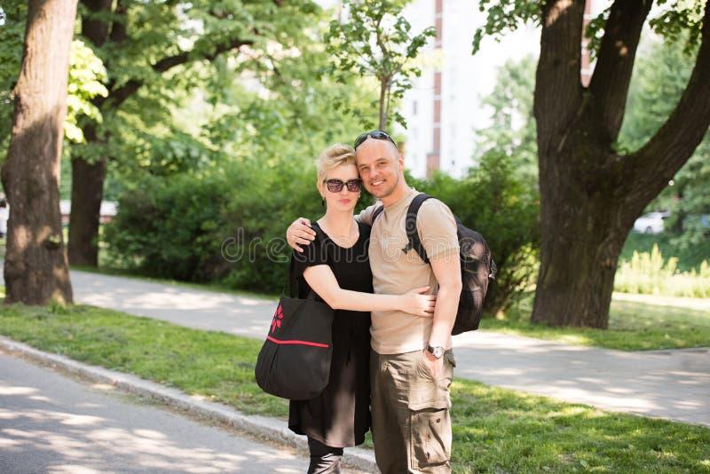 Stående av ett par i parkera fotografering för bildbyråer