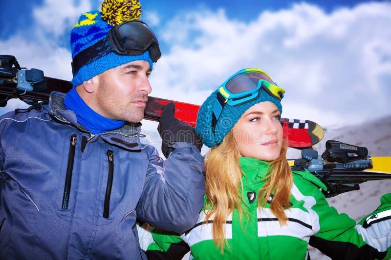 Stående av ett trevligt par som spelar vintersportar arkivbild