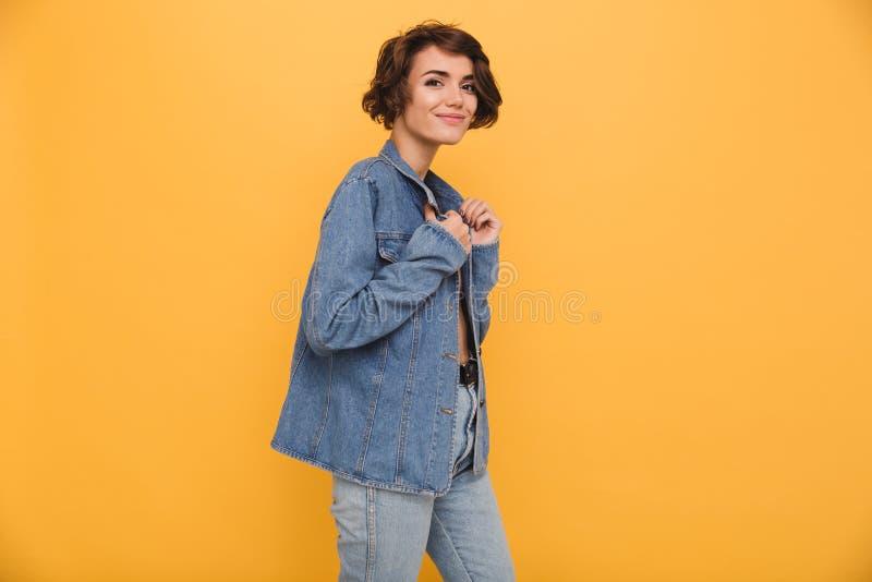 Stående av ett ungt le iklätt grov bomullstvillomslag för kvinna arkivbilder
