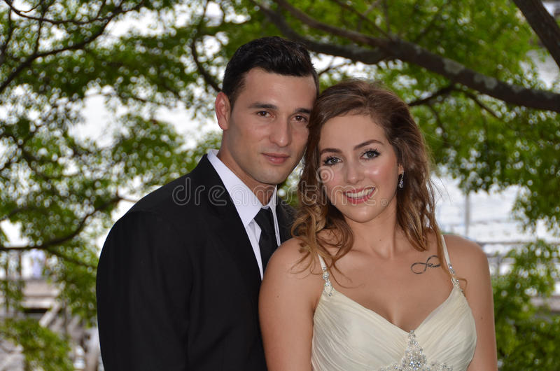 Stående av ett ungt par i en parkera arkivfoton