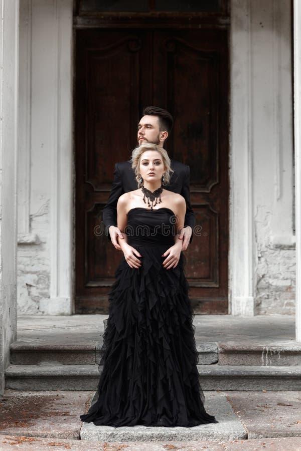 Stående av ett ungt par i svart dräkt och klänning bröllop royaltyfri bild