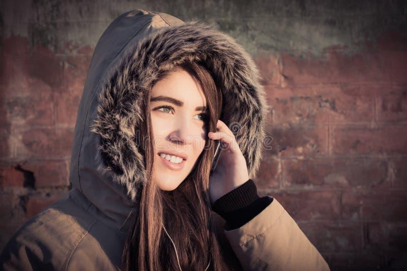 Stående av ett utomhus- bärande vinterlag för tonårs- flicka royaltyfri fotografi